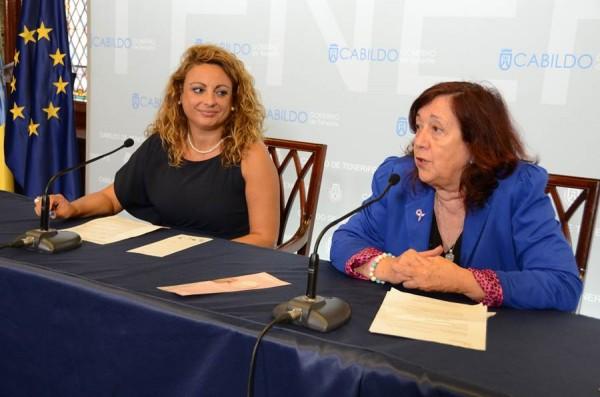 Cristina Valido (i) y María del Carmen Bonfante, en el Cabildo.   DA