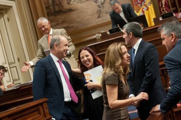 Dávila, junto a Clavijo y Patricia Hernández y otros diputados, durante el pleno de ayer.   FRAN PALLERO