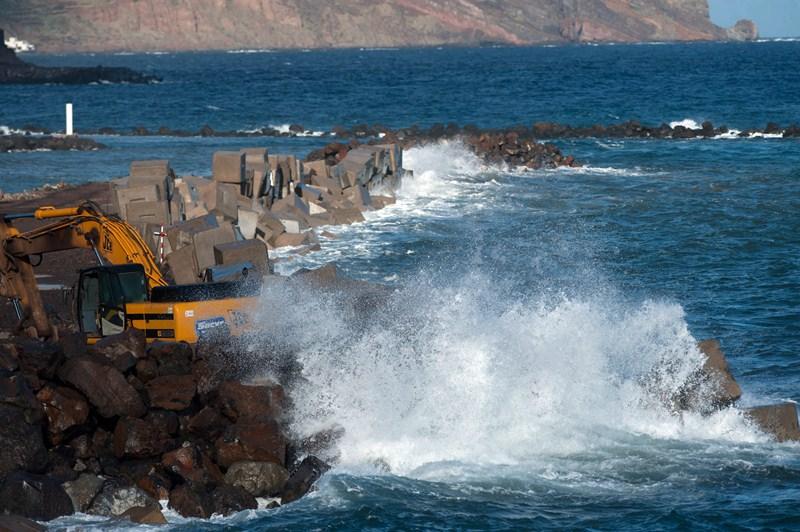 La parte del dique ya acabada aguantó el embate del mar este viernes y protegió al pueblo del oleaje. /F. P.
