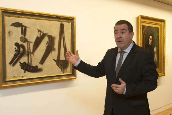 El comisario de la muestra, Fernando Pérez-Suescun, junto a una de las pinturas de Los objetos hablan. | DA