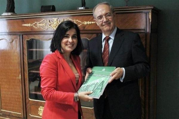 El fiscal Vicente Garrido entrega la memoria anual a la presidenta del Parlamento, Carolina Darias. | EP