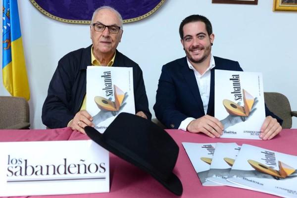 Elfidio Alonso, ayer, junto al editor de la nueva revista, Sabanda Folk, Zebensuí López. | SERGIO MÉNDEZ