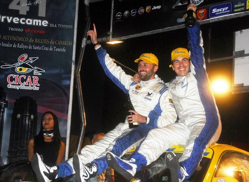 Enrique Cruz y Ariday Bonilla en el podio del Rally Isla de Tenerife