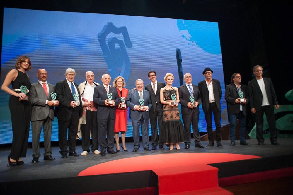 Los galardonados de la primera edición de los premios, junto al presidente de DIARIO DE AVISOS, Lucas Fernández, en el escenario del Teatro Guimerá. / FRAN PALLERO