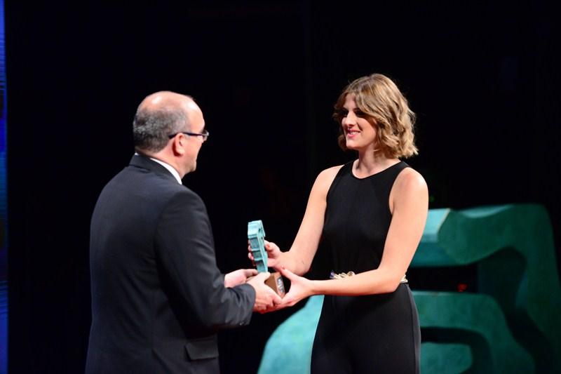 Una integrante del equipo directivo de Manolo Blahnik recoge el premio al diseñador de calzado. / S.M.