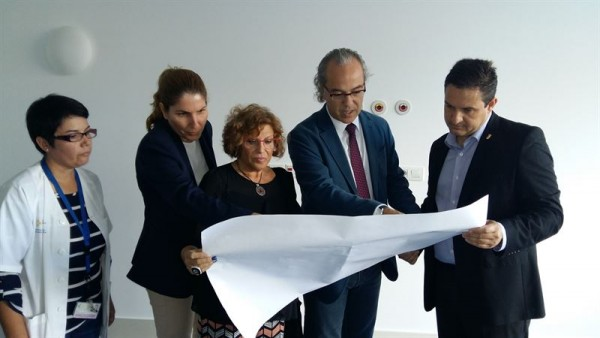 Jesús Morera, acompañado por el alcalde de Arona, José Julián Mena, y la concejal de Promoción de la Salud, Elena Cabello. | EP