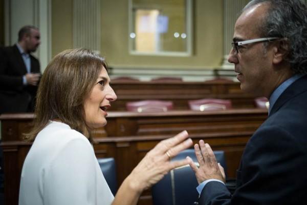 El consejero de Sanidad, Jesús Morera, dialogando con la diputada Águeda Montelongo antes del Pleno. | A. G.