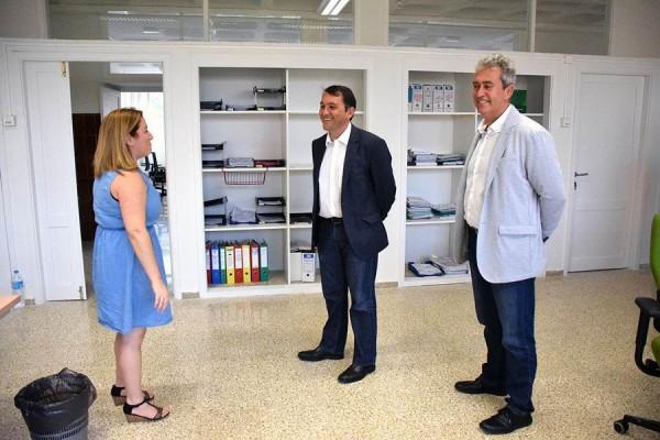 José Manuel Bermúdez y Óscar García, en una visita a la UTS de Ofra, ya instalada en el colegio San Pío. | DA