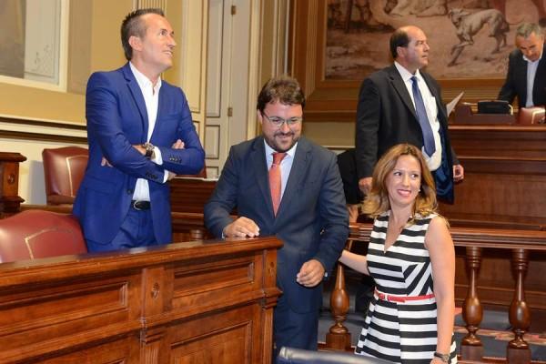 José Miguel Ruano (CC-PNC), junto a Asier Antona (PP) y la consejera de Hacienda, Rosa Dávila. | SERGIO MÉNDEZ