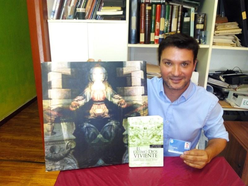 Juan Luis Díaz muestra orgulloso su primera novela y el carné de artesano, oficio al que está vinculado. / DA