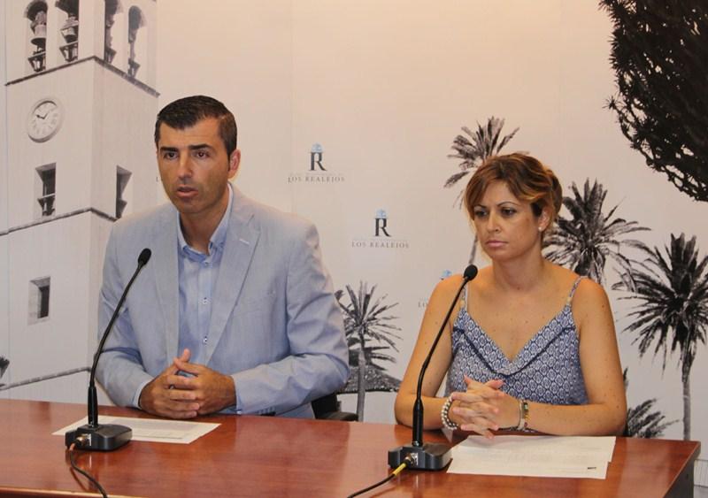 Manuel Domínguez y Noelia González expusieron los datos sobre el desempleo en el municipio. / DA