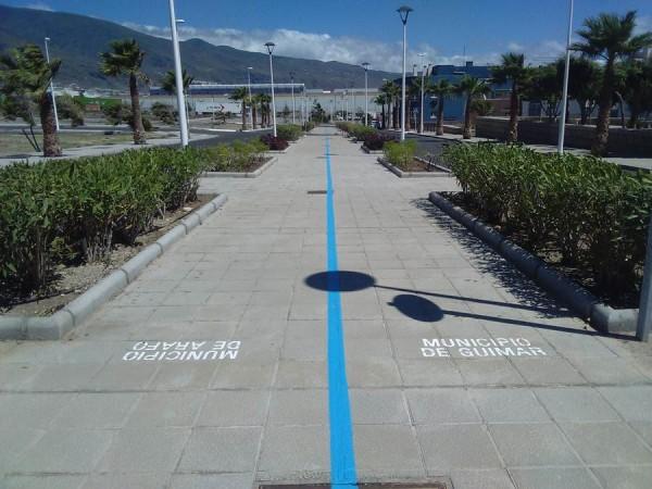 La raya azul que mandó a pintar la alcaldesa de Güímar ha dividido aún más a las partes implicadas. | DA