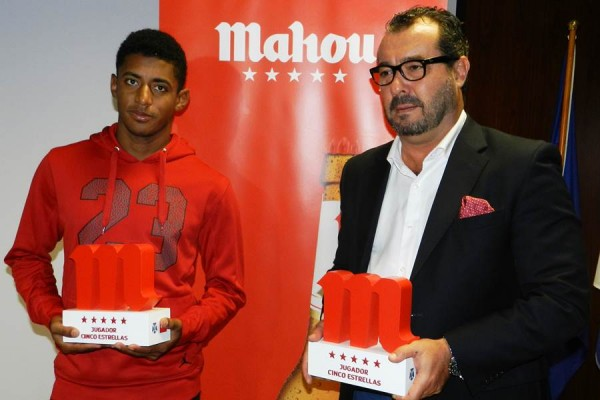 El atacante, junto a Rafael González Coviella, brand manager de Mahou San Miguel en Canarias. | CDT