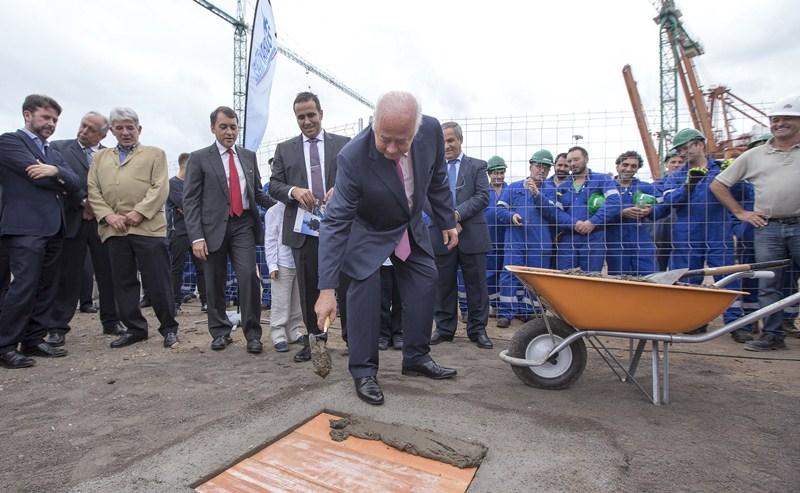 Ricardo Melchior sella la primera piedra en las obras del astillero en el dique del Este. / DA