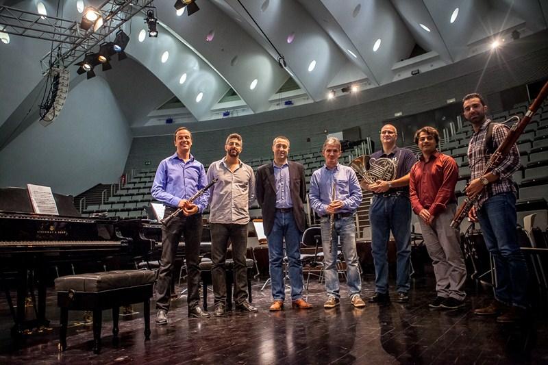 Quantum Ensemble, con el director de Cultura, José Luis Rivero. / DA