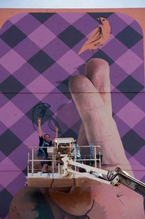El argentino Martín Ron, ayer, junto a su primer mural en España. | F.P.