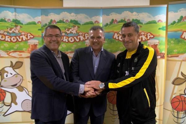 Martínez (derecha), junto a Félix Hernández y el representante de Korovka Canarias. | CBC