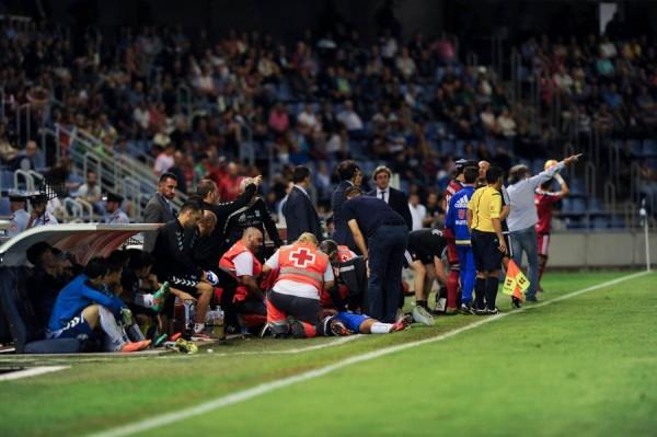 Nano es atendido en la banda del terreno de juego durante el partido del pasado domingo. | FRAN PALLERO