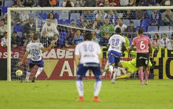 Ortuño anota el gol que abrió el camino hacia la victoria del cuadro maño. | TONI GALÁN