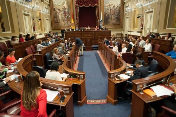 Salón de sesiones del Parlamento de Canarias, al inicio del pleno de esta semana.   FRAN PALLERO