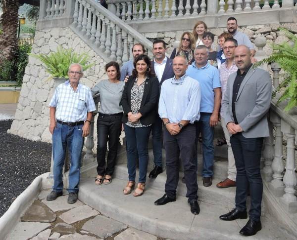 Políticos, historiadores y los propietarios del Buen Retiro posan en las escalinatas del caserón. | NORCHI