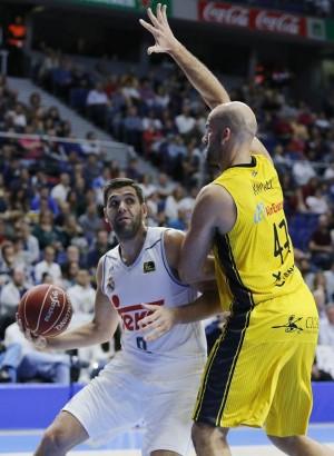 Rey intenta frenar a Felipe Reyes, el mejor del partido del pasado domingo. | ACB PHOTO