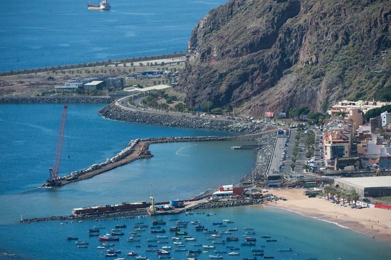 506.170: Son los euros que Costas invirtió en reponer la arena de la playa de Las Teresitas tras el temporal del año pasado. / FRAN PALLERO