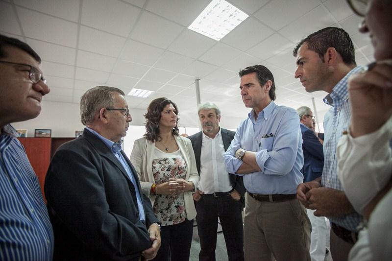 José Manuel Soria conoció las inquietudes de los empresarios del Polígono. / ANDRÉS GUTIÉRREZ