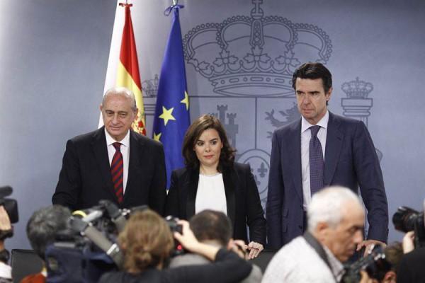 Imagen del ministro Soria (der.) tras el Consejo de Gobierno en el que se informó de esta ayuda. | DA