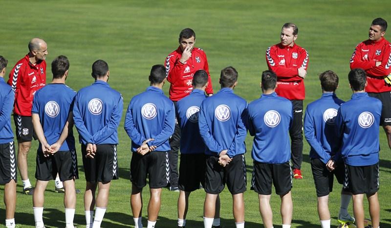 Agné le da instrucciones a sus jugadores bajo la atenta mirada de Fabián Rivero. / SF