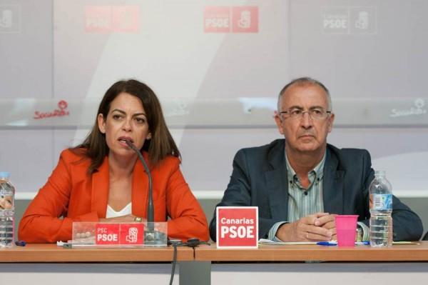 Tamara Raya y Francisco Hernández Spínola, ayer en la sede regional del PSOE en Tenerife. | FRAN PALLERO