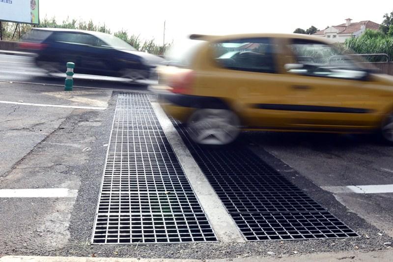La doble rejilla capta las escorrentías sobre la vía. / SERGIO MÉNDEZ