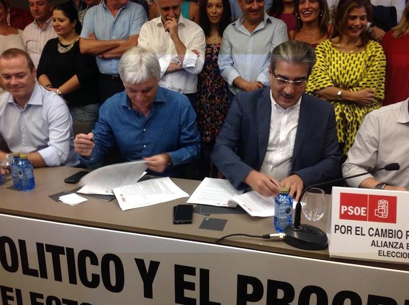 José Miguel Pérez (PSOE) y Román Rodríguez (NC) firman el acuerdo electoral, el domingo. / DA