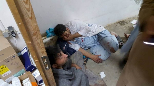Dos trabajadores del hospital de MSF tras el ataque.   REUTERS