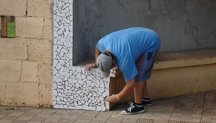 Los propios usuarios del centro ocupacional Los Verodes han decorado el muro exterior del recinto con un artístico mural de mosaicos. / DA