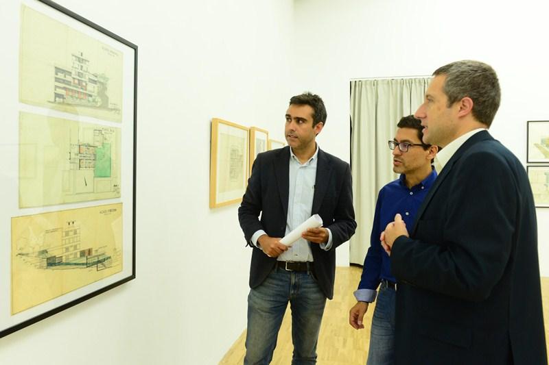 Los arquitectos Alejandro Beautell y José Manuel Rodríguez, junto a José Luis Rivero (d), ayer, en la visita a la muestra. / SERGIO MÉNDEZ