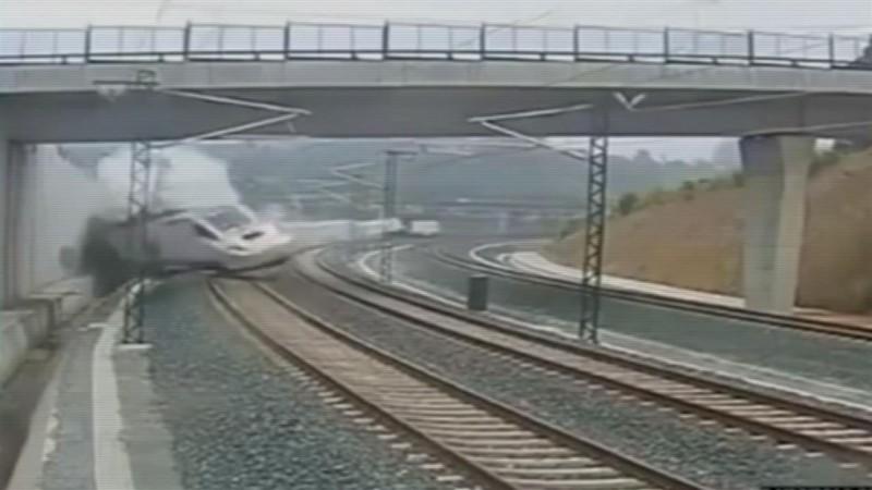Momento el que descarrila el tren Alvia 04155, a la entrada de Santiago de Compostela, el 24 de Julio de 2013. / ARCHIVO
