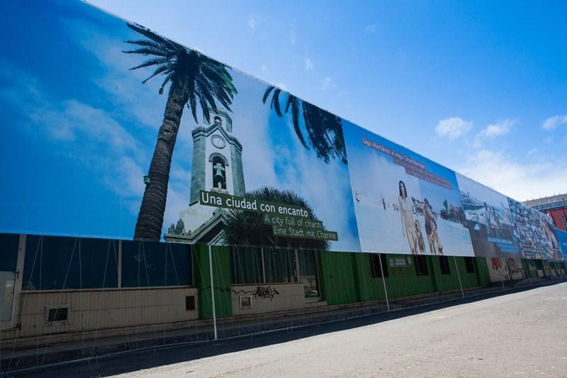Desde diciembre de 2014, el inmueble de la calle de El Pozo está cubierto por una lona serigrafiada. / DA