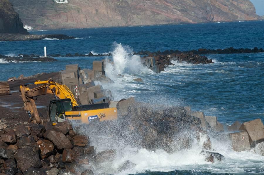 Las obras de la escollera de San Andrés sufrieron los golpes de las olas. | FRAN PALLERO