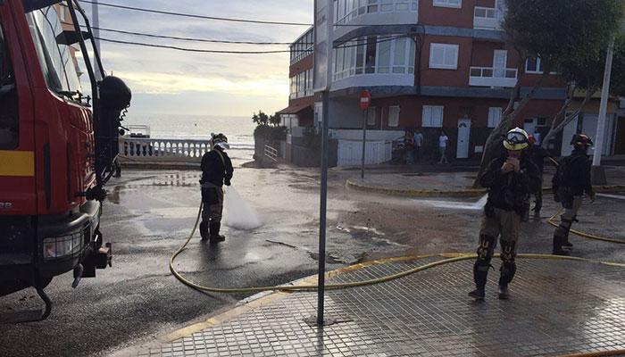 Tareas para reparar las consecuencias del temporal en el municipio de Telde. / DA