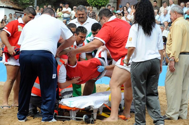 Un luchador es trasladado después de sufrir una lesión. / DA