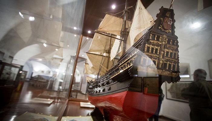 3.000 don las piezas que posee el museo entre fondos propios  y cedidos. Expuestas se encuentran cerca de un millar en las dos plantas.  / ANDRÉS GUTIÉRREZ