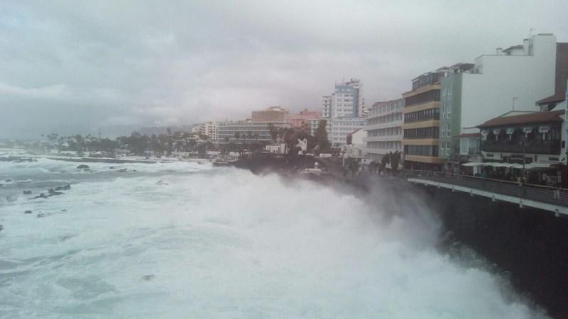 El mar batió con brío en el Puerto de la Cruz, como se observa en esta imagen de la zona de San Telmo. / L@S JARDINER@S