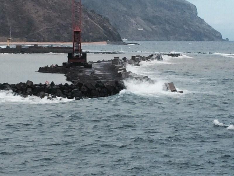Destrozos en la construcción de la escollera de San Andrés por el fuerte oleaje | DA