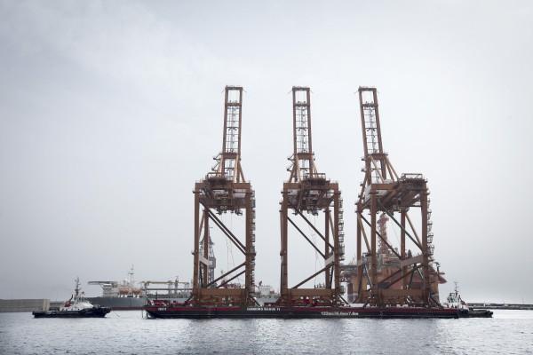 El puerto de Santa Cruz de Tenerife cuenta desde ayer con otras tres grúas súper Post Panamax adquiridas por Terminal de Contenedores de Tenerife (TCT) para operar en su concesión del Dique del Este. / DA