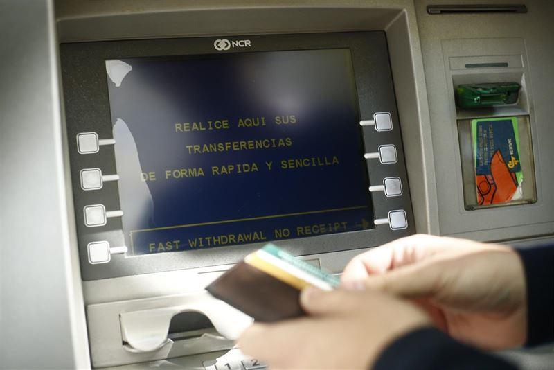 El Gobierno da de plazo hasta el 1 de enero a las entidades financieras para adaptarse al sistema de pago. / EP