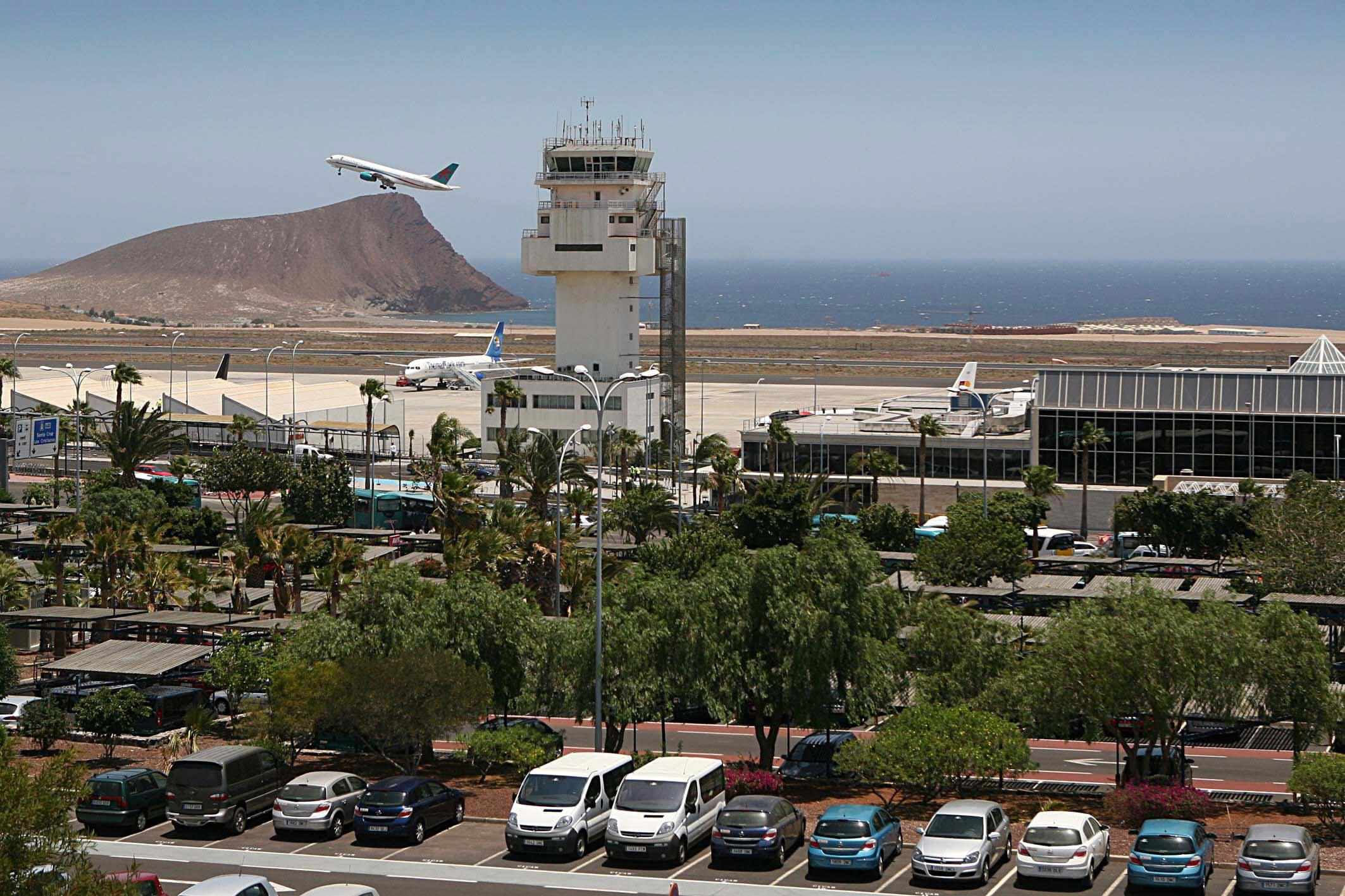 *EFE-CANARIAS* TF02. GRANADILLA (SANTA CRUZ DE TENERIFE), 23/06/07.- El Ministerio de Fomento, por medio de Aeropuertos Españoles y Navegación Aérea (AENA) invertirá hasta 2020 en el aeropuerto Tenerife-Sur Reina Sofía alrededor de 1.000 millones de euros. En la imagen vista general del aeropuerto tinerfeño. EFE/Manuel Lérida