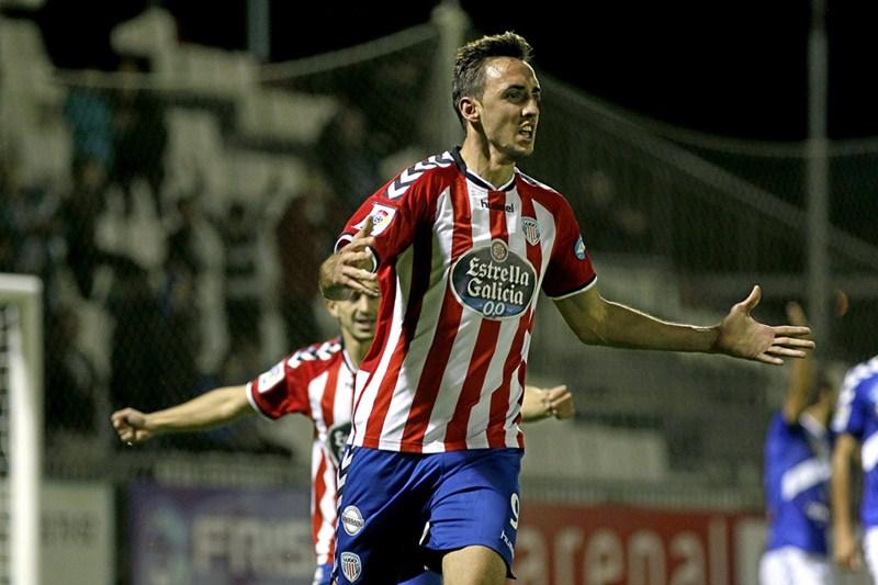 La defensa blanquiazul ofreció muchas facilidades al Lugo. / PEDRO AGRELO  Second Division match between Lugo and Tenerife.