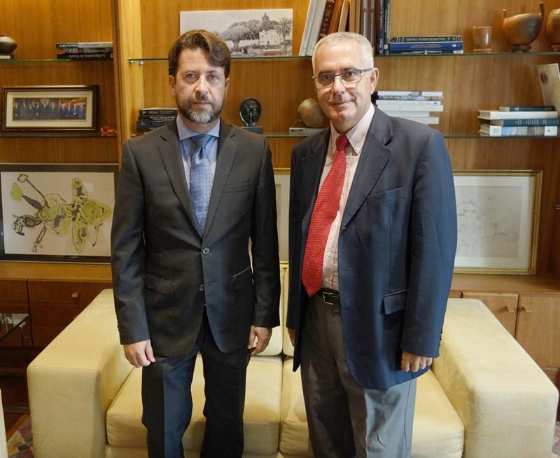 El presidente del Cabildo, Carlos Alonso (izq.), junto al director gerente de Fepeco, Óscar izquierdo. / DA