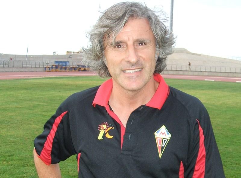 Roberto Aguirre, entrenador del CD Mensajero, repasa la actualidad de su equipo tras lograr el primer triunfo. / DA